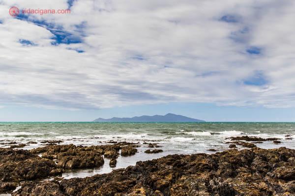 O que fazer em Wellington: A Kapiti Coast é uma boa pedida, numa estrada com as mais belas vistas, com a Kapiti Island ao fundo, suas águas revoltas e margens rochosas.