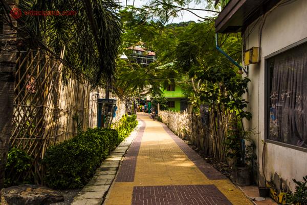 Onde ficar em Koh Phi Phi: A parte mais frequentada da ilha, chamada de Tonsai Leste, com várias ruelas cercadas de árvores, hoteis e restaurantes.