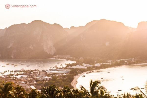 Onde ficar em Koh Phi Phi: Tonsai Oeste vista do mirante de Koh Phi Phi, com todo seu glamour e seus paredões de pedras. A foto foi tirada durante o pôr do sol, então está tudo bem amarelado.