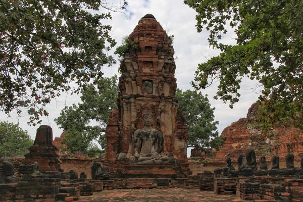 Ayutthaya na Tailândia tem inúmeros templos. Este é o Wat Mahathat, onde fica a famosa cabeça de Buda entre as árvores.