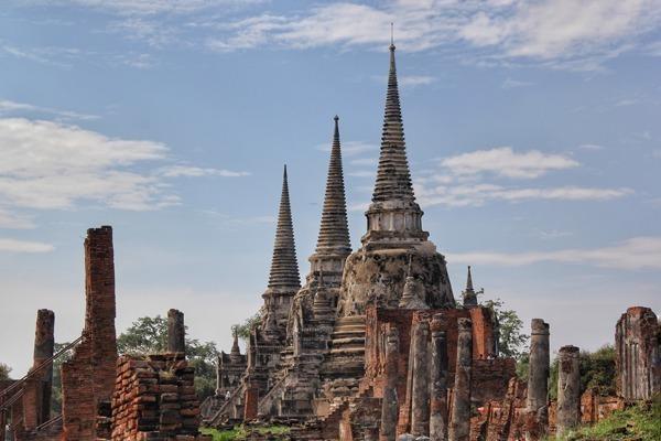 O Wat Phra Sri Sanphet em Ayutthaya na Tailândia, um dos inúmeros templos da cidade, com suas torres em formato de cones.