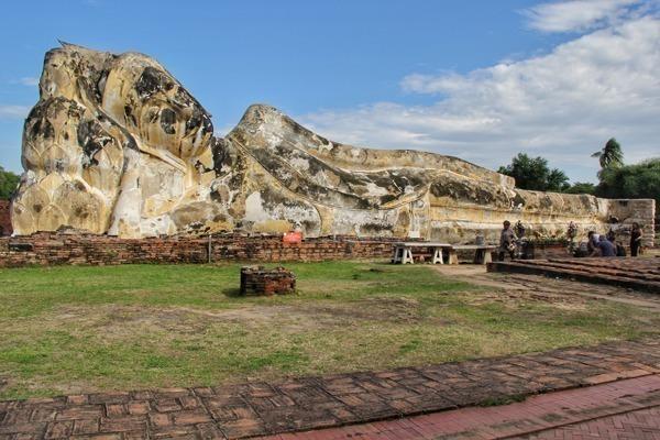 Ayutthaya na Tailândia possui o templo de Wat Lokkayasutha, onde se encontra o Buda Reclinado mais famoso do país por aparecer no jogo de vídeogame Street Fighter.
