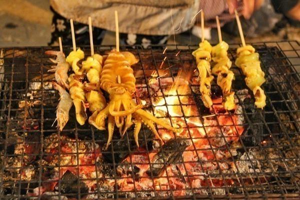 Ayutthaya na Tailândia também é um lugar ótimo para provar das ótimas comidas de rua do país. Frutos do mar feitos na brasa por todos os lados.