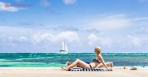 O que fazer em Belize: A ilha de Caye Caulker é um dos lugares mais visitados de Belize pela sua beleza. Banhada pelo Caribe, Caye Caulker possui águas transparentes como as da foto, perfeitas para mergulho, com enormes decks onde turistas tomam sol. Velejar também é uma boa pedida, depois dos recifes de corais. Um lugar maravilhoso.