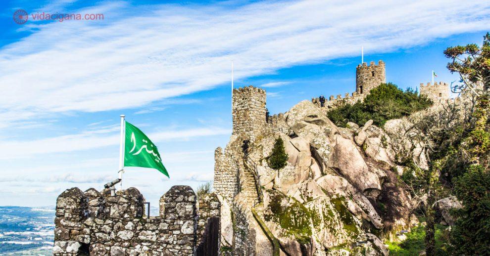O Castelo dos Mouros em Sintra é uma das maiores atrações de Portugal. Já chegou a ser o castelo mais importante do país e foi construído por muçulmanos no século VIII. Fica na cidade de Sintra, a 45 quilômetros de Lisboa.