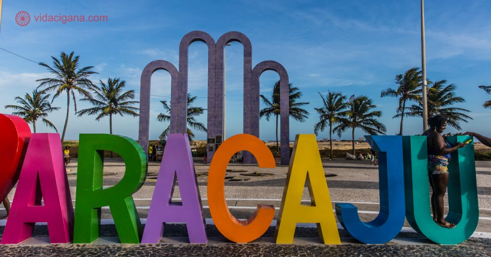 """Onde ficar em Aracaju: Os melhores pontos da capital sergipana com certeza são na Orla do Atalaia. Com seus arcos que representam a cidade e um letreiro novo e colorido onde se lê """"Eu amo Aracaju"""", esse local atrai turistas de todos os cantos do Brasil."""