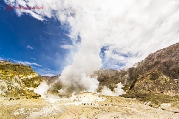 os principais pontos turísticos da nova zelândia: a white island, o vulcão mais ativo do país