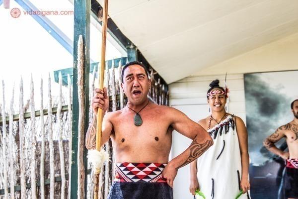 os principais pontos turísticos da nova zelândia: uma apresentação maoria na vila de whakarewarewa, em rotorua