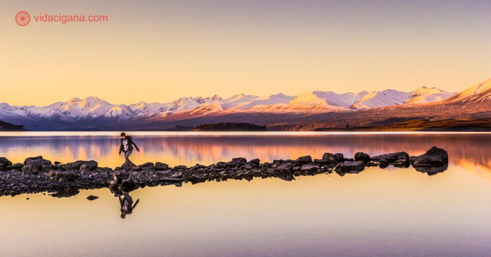 o lago tekapo durante o por do sol, um dos principais pontos turísticos da nova zelândia