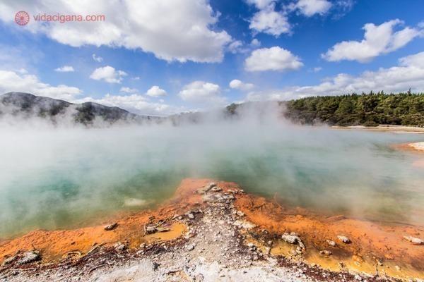 os principais pontos turísticos da nova zelândia: a champanhe pool, dentro do wai-o-tapu, em rotorua
