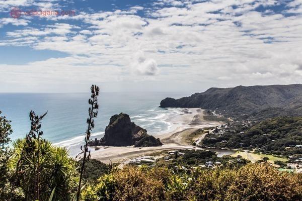os principais pontos turísticos da nova zelândia: a praia de piha, na costa oeste de auckland