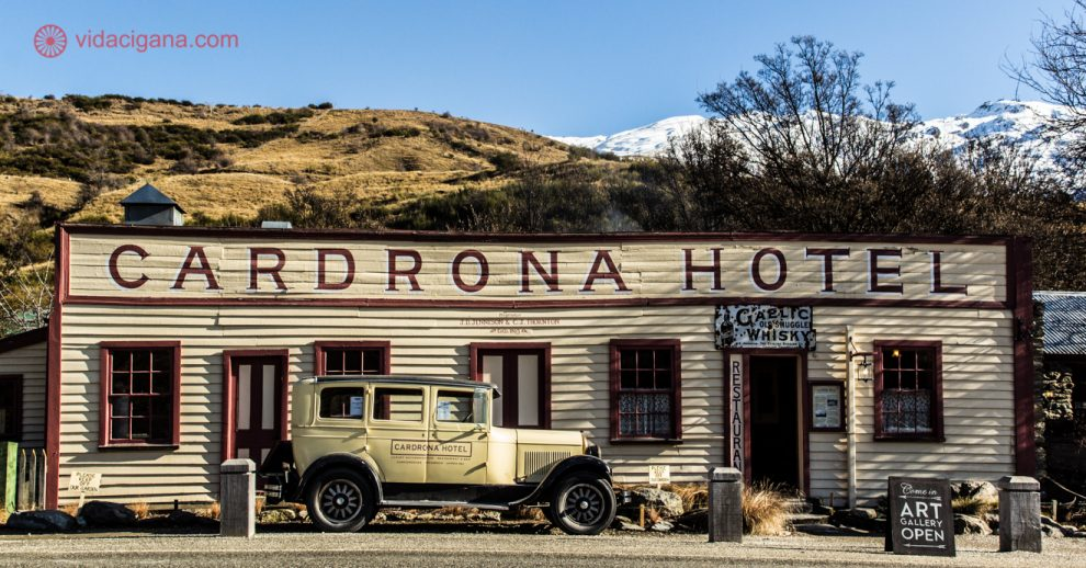 As 10 melhores cidades da Nova Zelândia para estudar, trabalhar e fazer turismo: Esse é o hotel mais antigo do país, fica na cidadezinha de Cardrona, entre as cidades de Queenstown e Wanaka. Um grande polo de inverno, com suas lindas pistas de ski, atrai tanto gente de fora do país quanto os próprios neozelandeses.