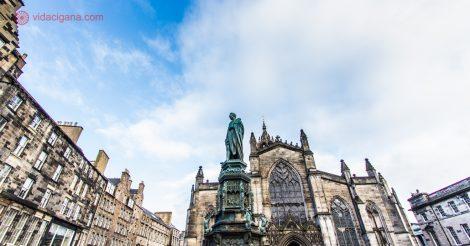 O que fazer em Edimburgo: O Parliament Square com a St Giles' Cathedral no fundo.