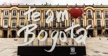 """Onde ficar em Bogotá: Uma placa escrita """"Te amo Bogotá"""" na Plaza Bolívar."""
