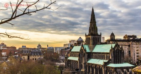 Onde ficar em Glasgow: A vista da Glasgow Cathedral do alto da Necropolis, o cemitério da cidade.