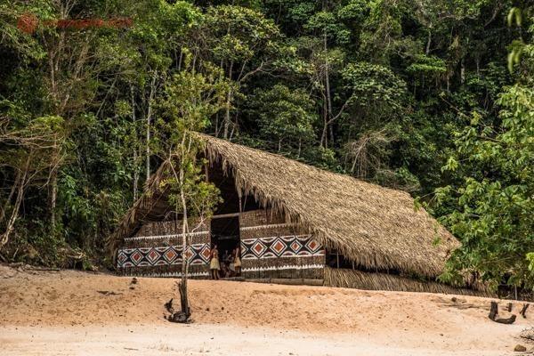 Uma oca em trecho da Floresta Amazônica próximo a Manaus