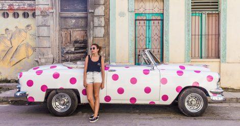 O que fazer em Havana: posar com um dos milhares de carros antigos pelas ruas da cidade