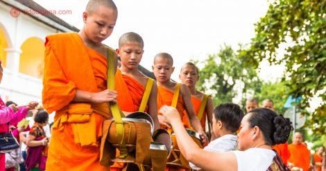 Visto Laos: Monges recebendo alimentos na Ronda das Almas