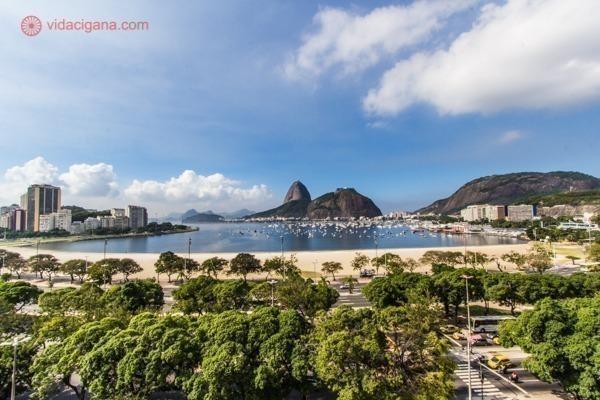 Onde ficar no Rio de Janeiro: A orla de Botafogo, com o Pão de Açúcar ao fundo