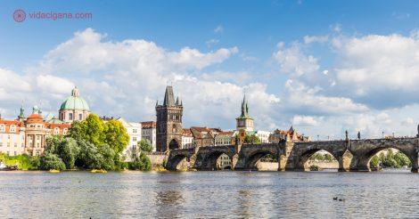 Roteiro em Praga: A Ponte Carlos vista da margem do Rio Moldava