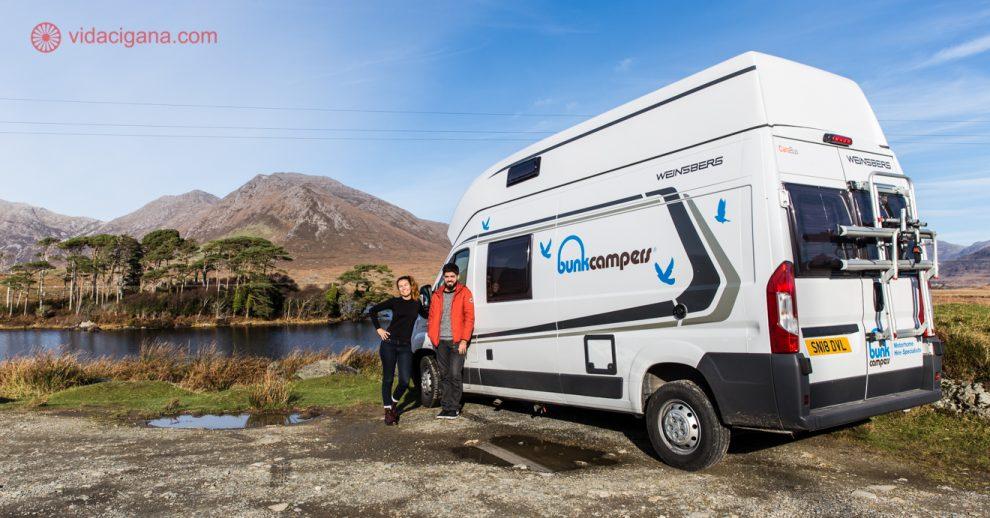 Motorhome Irlanda: um casal do lado de um motorhome em um dos parques nacionais da irlanda