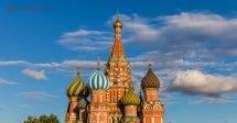 O que fazer em Moscou: a Catedral de São Basílio com suas paredes coloridas e o céu azul com nuvens atrás.