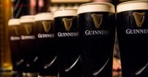 Onde ficar em Dublin: uma fila de copos cheios de cerveja Guinness