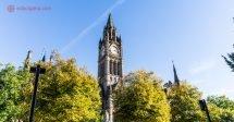Onde ficar em Manchester: o centro da cidade em um dia ensolarado, com a torre do relógio cercada de árvores