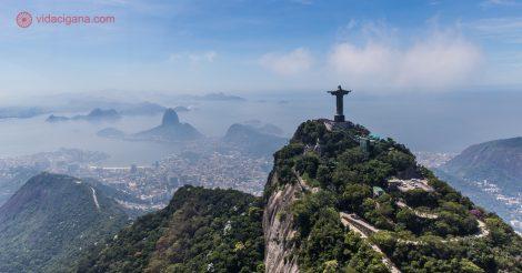 Vista do Cristo e Pão de Açúcar no passeio de helicóptero pelo Rio.