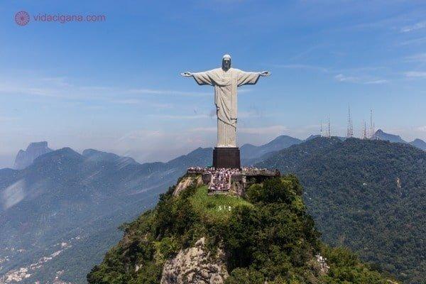 O Cristo Redentor de frente para o helicóptero