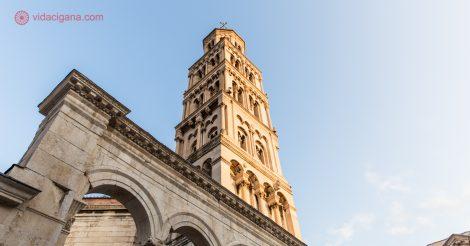 Onde ficar em Split: O Palacio de Dioclesiano durante o pôr do sol, com sua torre dourada