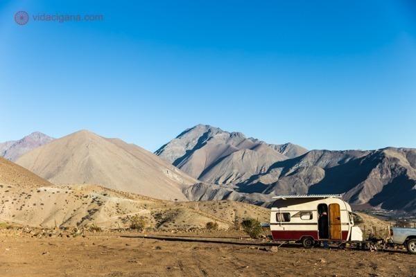 seguro viagem chile. trailer estacionado em meio as montanhas do chile