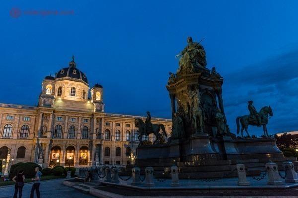 a maria-thereisen-platz, com seus famosos prédios