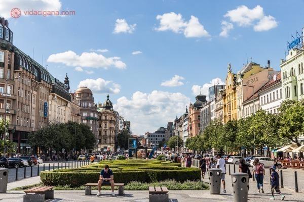 A Praça Venceslau em pleno verão, com céu azul e muitos jardins