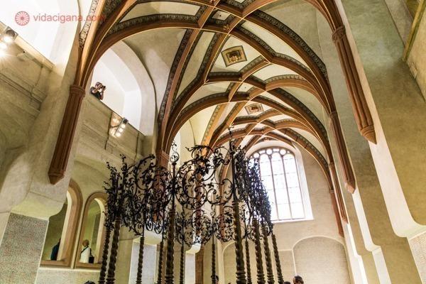 O interior da Sinagoga Pinkas, com teto abobadado e com um baldaquino no centro