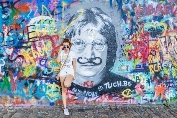O Muro de John Lennon, completamente grafitado, bem colorido