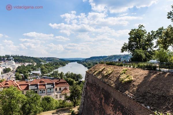 A vista para o rio do alto do Castelo de Vysehrad