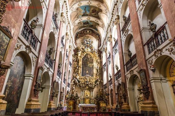 O interior da Igreja de São Tiago, o Grande