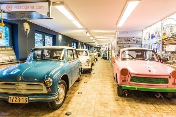 Vários Trabants no interior do museu