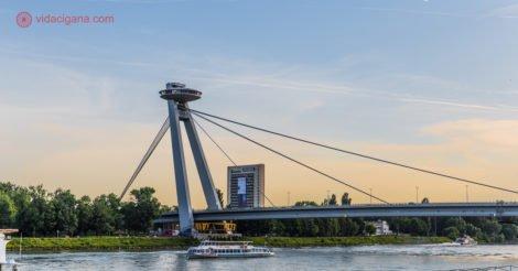 onde ficar em bratislava: vista da ponte UFO que cruza o rio Danúbio e atravessa o centro da cidade.