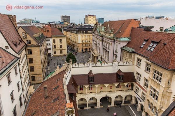 vista do alto de um conjunto de edifícios antigos localizados no centro preservado de Bratislava