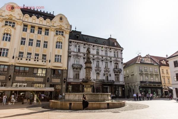Fonte ao centro de uma das praças do centro da cidade, o melhor lugar para ficar hospedado em Bratislava