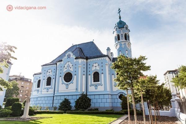 vista de uma das fachadas da igreja azul de bratislava