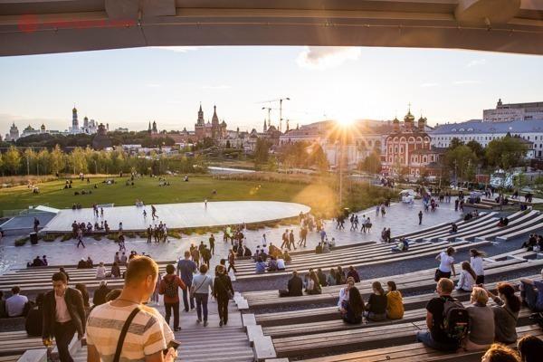 O Parque Zaryadye com vista para o Kremlin durante o pôr do sol