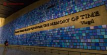 Memorial 11 de setembro, em Nova York: O mural azul dentro do memorial com a frase No day shall erase you from the memory of time