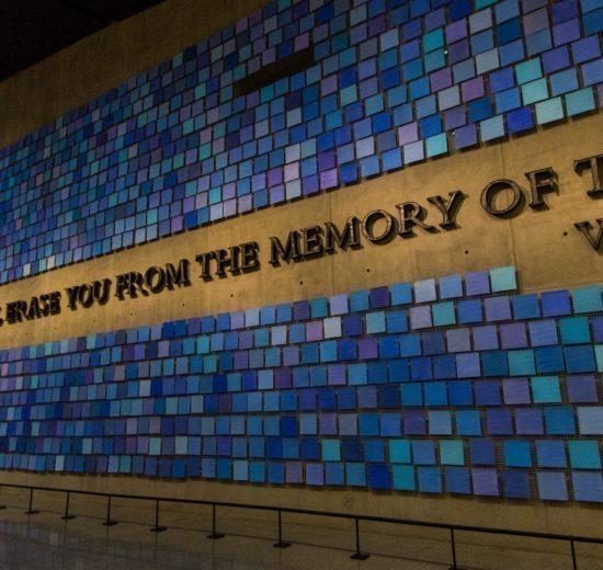 Memorial 11 de setembro, em Nova York: O mural azul dentro do memorial com a frase No day shall erase you from the memory of time