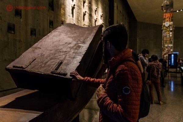 Memorial 11 de setembro, em Nova York: Um homem tocando em uma das vigas do world trade center