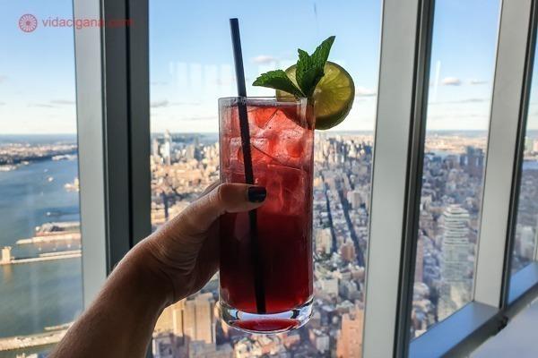Memorial 11 de setembro, em Nova York: um drink na frente da janela do mirante do one world trade center