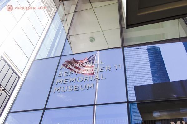 Memorial 11 de setembro, em Nova York: A entrada do museu com o reflexo da bandeira americana balançando no vento