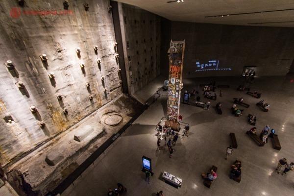 Memorial 11 de setembro, em Nova York: O salão principal do museu com as fundações do antigo World trade center e a última coluna